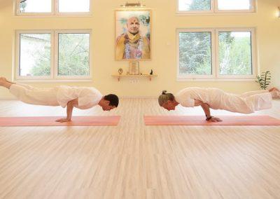 Gyakorló jógaóra KÖZÉPHALADÓ